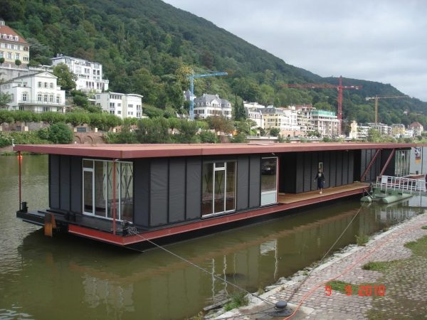 Schwimmende Fahrgasthaltestelle in Heidelberg